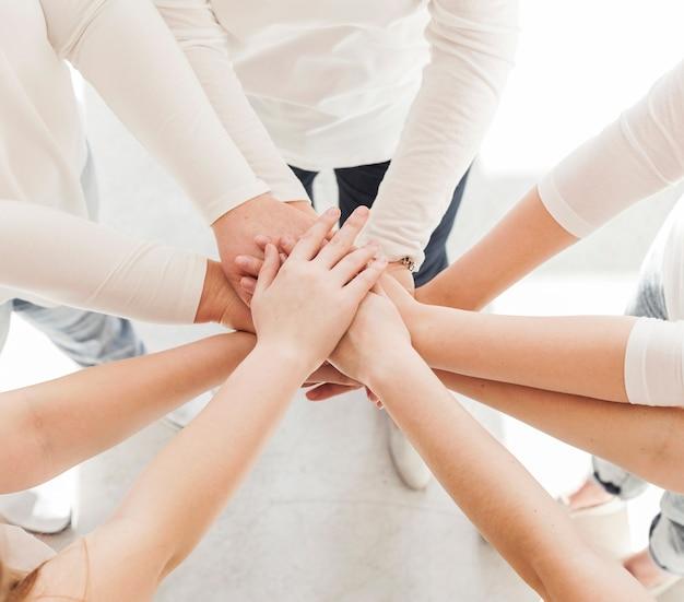 Grupo de unión de mujeres variedad de manos Foto gratis