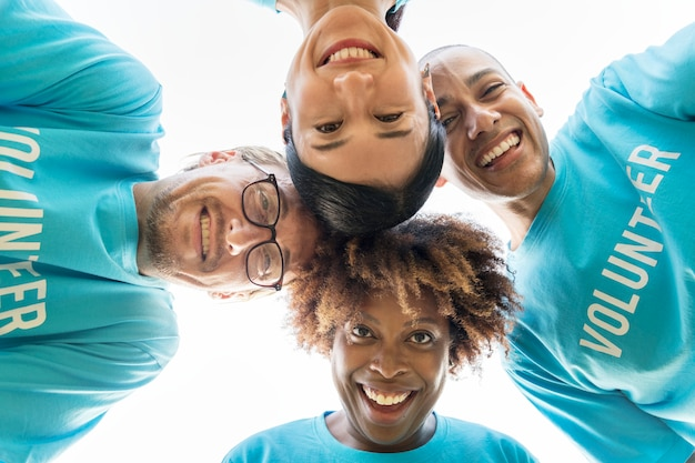 Grupo de voluntarios felices y diversos. Foto gratis