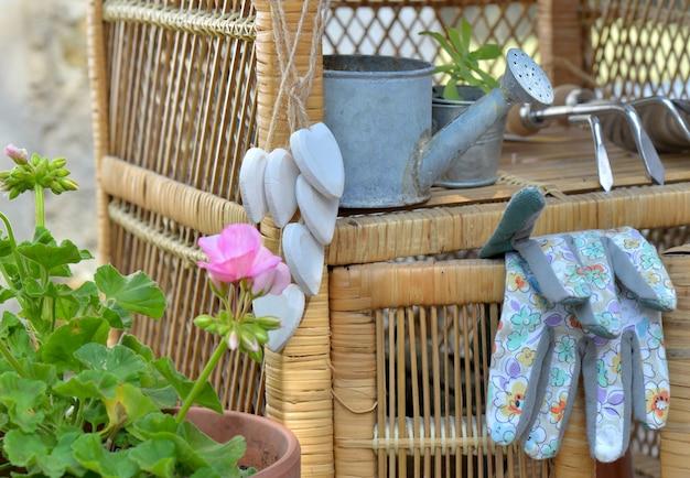 Guantes De Jardinería Y Otros Accesorios En Un Pequeño