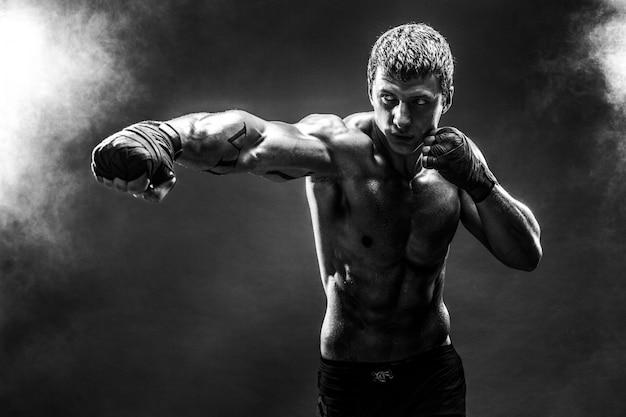 Guapo deportista en topless practicando golpes Foto Premium