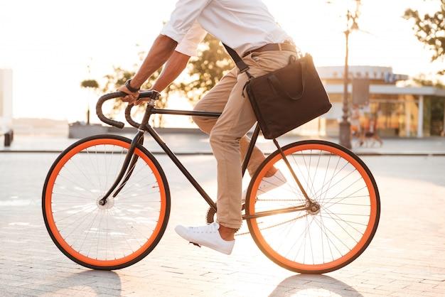 Guapo joven africano temprano en la mañana con bicicleta Foto gratis