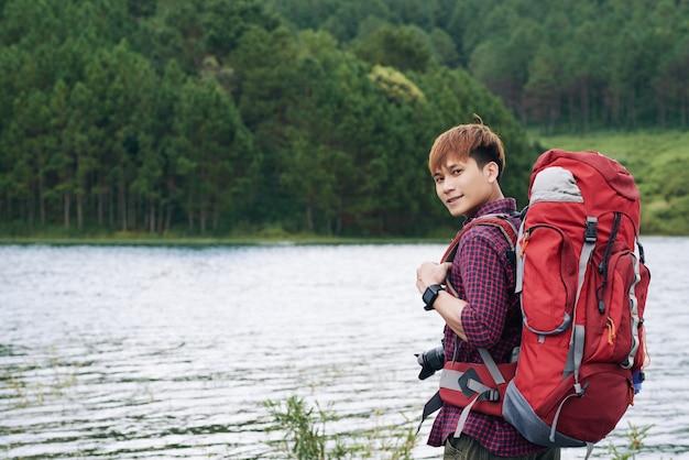 Guapo joven turista asiático Foto gratis