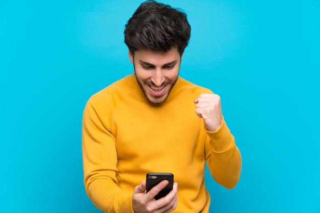 Guapo sorprendido y enviando un mensaje Foto Premium