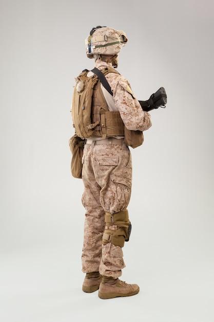 Guardabosques de la marina del ejército de los estados unidos con rifle de asalto Foto Premium