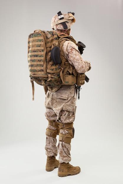 Guardabosques de los marines del ejército de los estados unidos con rifle de asalto Foto Premium