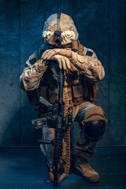 Guerra, ejército, concepto de arma. contratista militar privado con rifle Foto Premium