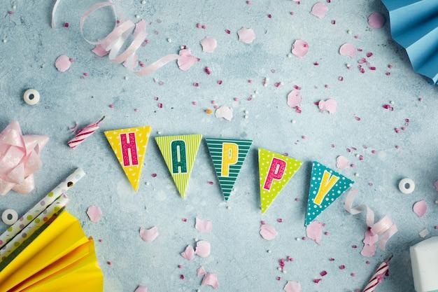 Guirnalda de feliz cumpleaños con cinta y pajitas Foto gratis