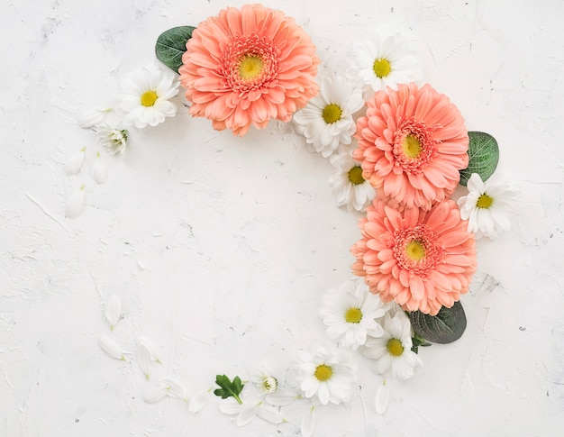 Guirnalda de flores de primavera vista superior Foto gratis