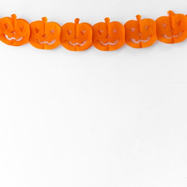 Guirnalda de papel de halloween en la pared blanca | Descargar Fotos ...