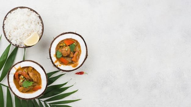 Guiso fresco casero en platos de coco copia espacio Foto gratis