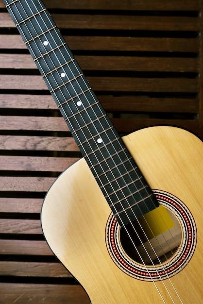 Guitarra acústica en un piso de madera Foto gratis