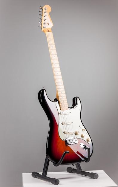 Guitarra electrica en gris Foto gratis