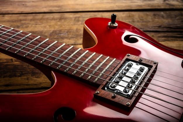 Guitarra eléctrica roja sobre suelo de madera Foto gratis