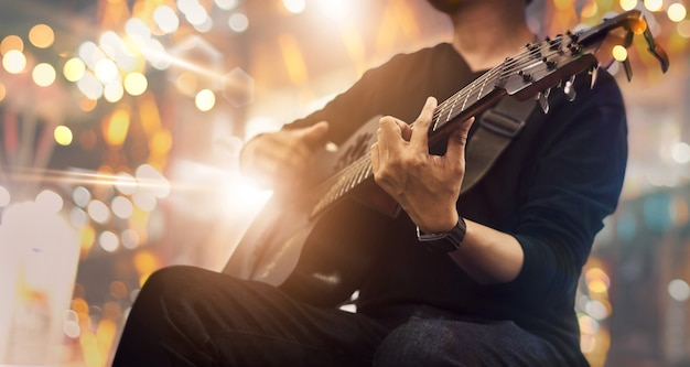 Guitarrista en el escenario y canta en un concierto. Foto Premium