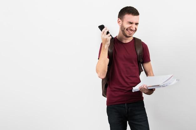 Guy riendo y sosteniendo su teléfono Foto gratis