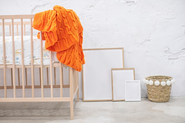 Habitación para bebés con marcos y espacio de copia Foto Premium