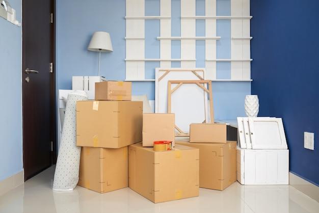 Habitación con cajas móviles Foto gratis