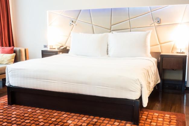Habitaci n limpia con alfombra y una cama grande descargar fotos gratis - Camas grandes ...