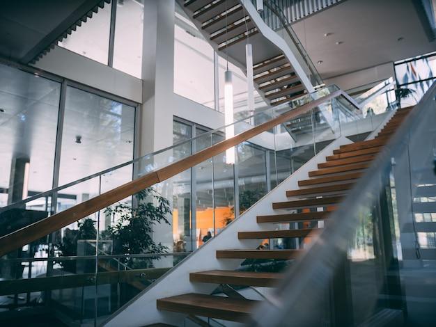 Habitación moderna con escalera de madera durante el día. Foto gratis