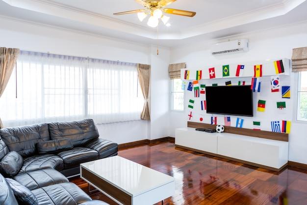 Habitación moderna con tv y banderas para el campeonato de fútbol 2014 Foto gratis
