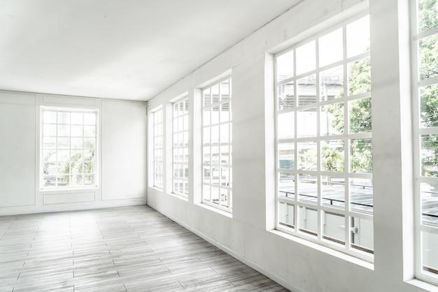 Habitación vacía con ventana de vidrio Foto Premium