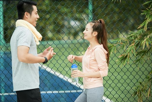 Hablando de pareja deportiva Foto gratis