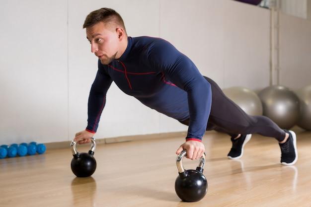 Hacer ejercicio con pesas rusas Foto gratis