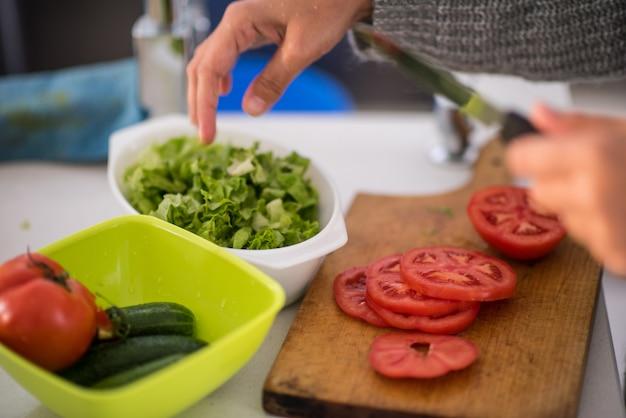 9024a5ce5 Hacer ensalada para el almuerzo en la cocina moderna   Descargar ...