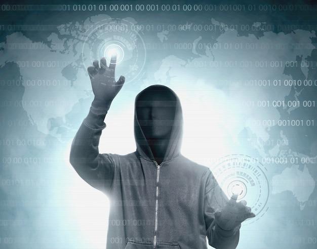Hacker con capucha negra tocando la pantalla virtual con código binario Foto Premium
