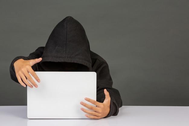 Hacker con una computadora portátil Foto gratis