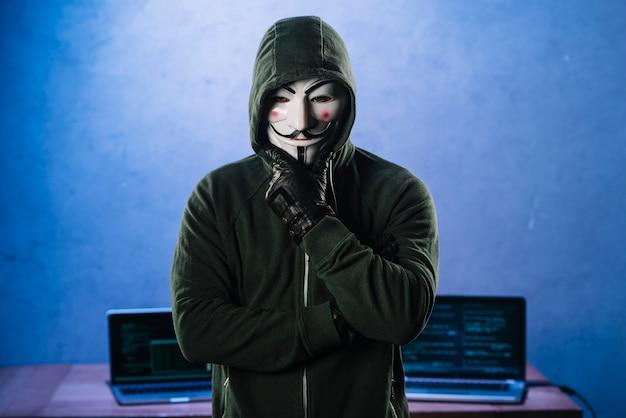 Hacker con máscara de anonymous | Foto Gratis