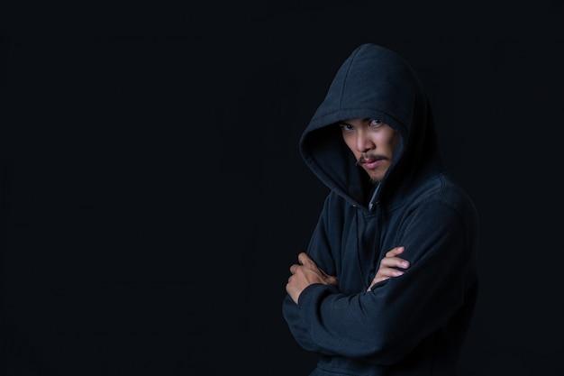 Hacker de pie en la oscuridad Foto gratis
