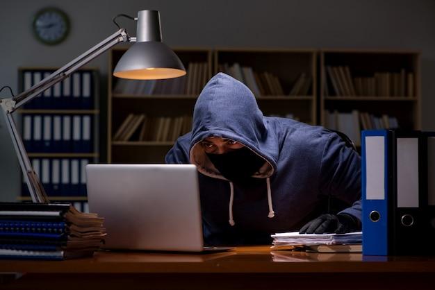Hacker robando datos personales de la computadora del hogar Foto Premium