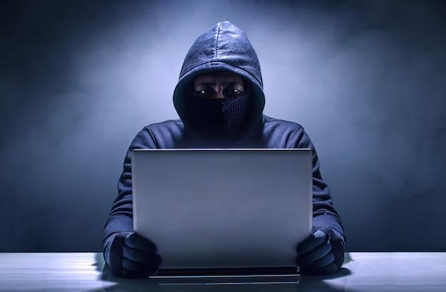 Hacker usando laptop. hackear internet Foto Premium