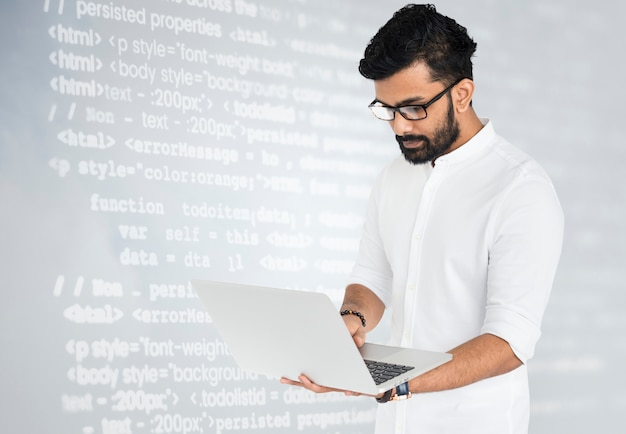 Hacker usando laptop Foto Premium