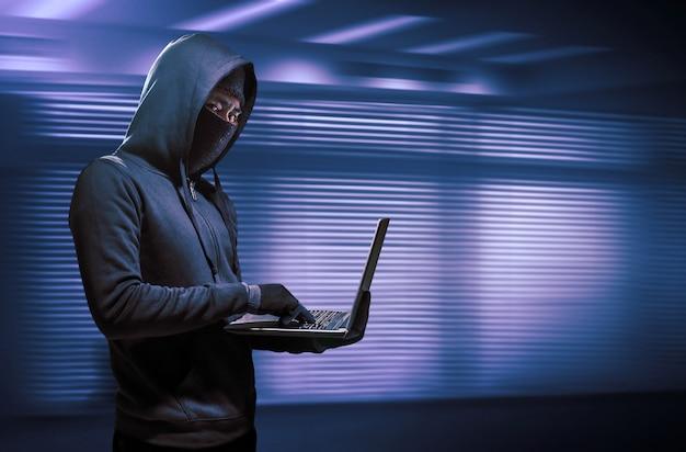 Hacker utilizando una computadora portátil. hackeando el internet. Foto Premium