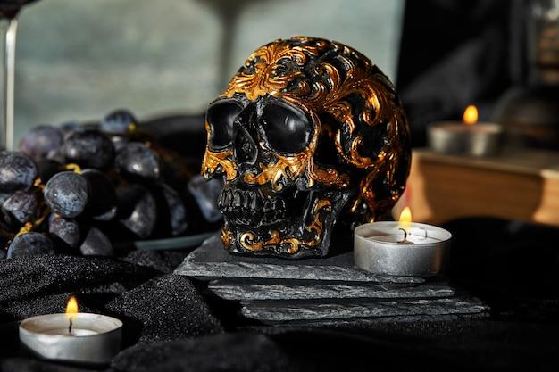 Halloween border skull, velas en una oscuridad. festividad de todos los santos Foto Premium