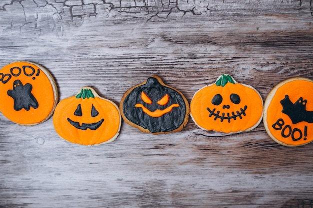 Halloween decoradas galletas caseras de jengibre Foto gratis