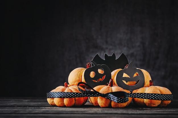Halloween hecho en casa se apelmaza en la forma de la calabaza en fondo oscuro con el espacio de la copia. dulces de hallooween Foto Premium