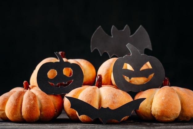 Halloween hecho en casa se apelmaza en la forma de la calabaza en fondo oscuro. Foto Premium