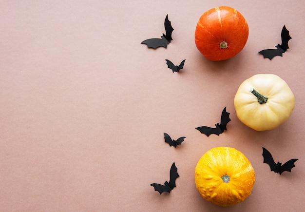 Halloween volando murciélagos y calabazas sobre fondo marrón Foto Premium