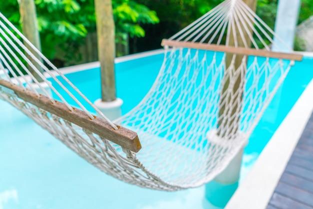 Hamacas blancas en piscina de lujo descargar fotos gratis for Hamacas de piscina
