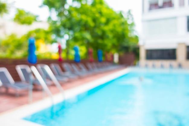 Hamacas con sombrillas de colores en una piscina for Hamacas de piscina