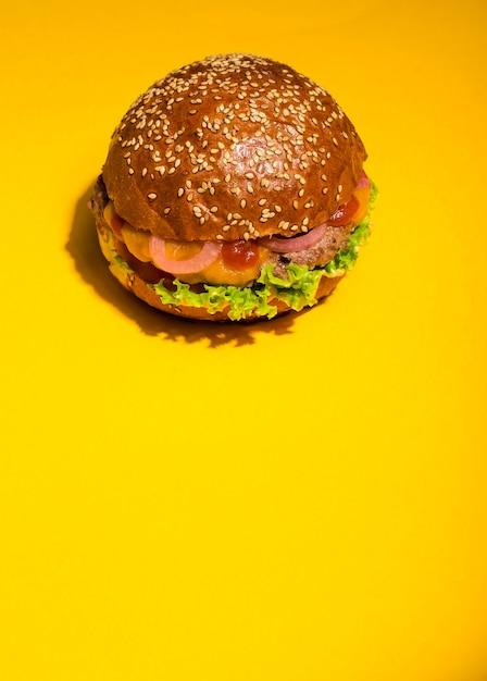 Hamburguesa de carne clásica lista para ser servida Foto gratis