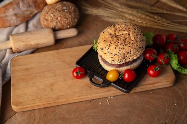 Hamburguesa casera en mesa de madera. Foto Premium