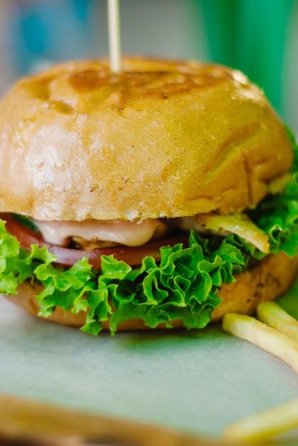 Hamburguesa casera de pollo con papas fritas Foto Premium