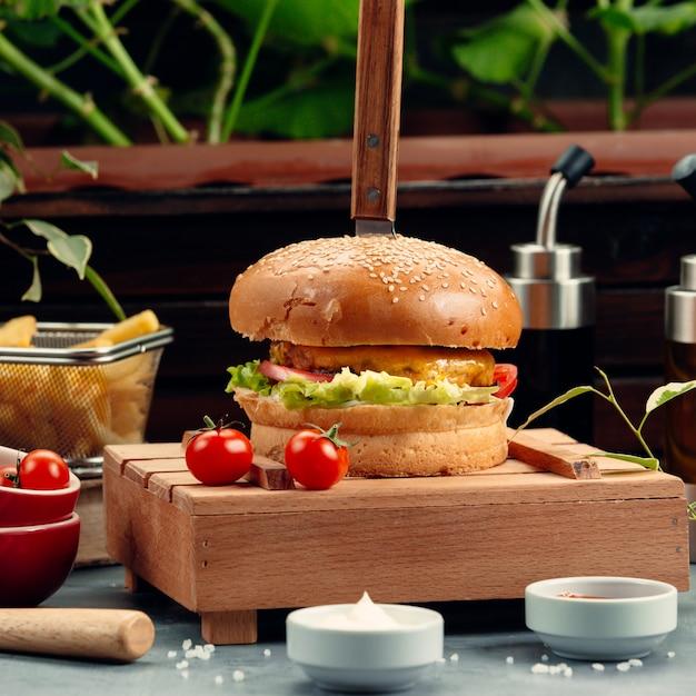Hamburguesa con queso con lechuga y tomate Foto gratis