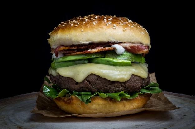 Hamburguesa con queso con tocino, aguacate, lechuga y mayonesa Foto Premium