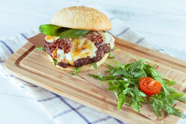 Hamburguesa sabrosa y apetitosa. Foto Premium