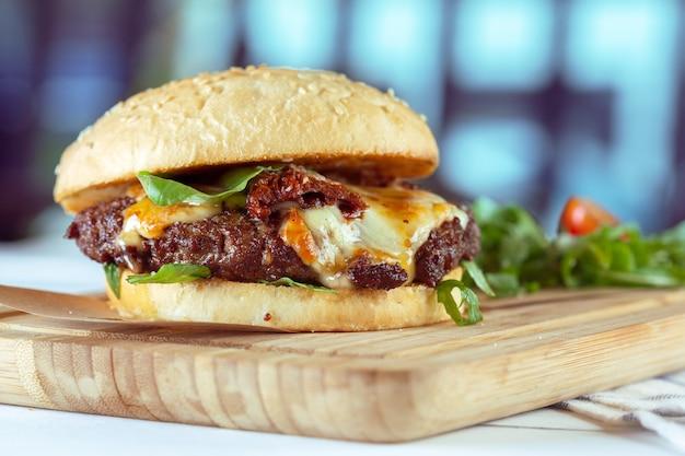 Hamburguesa sabrosa y apetitosa Foto Premium